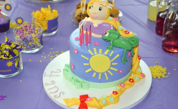 L anniversaire de loane sur le th me de raiponce gateau anniversaire disney raiponce my fair party - Gateau anniversaire disney ...