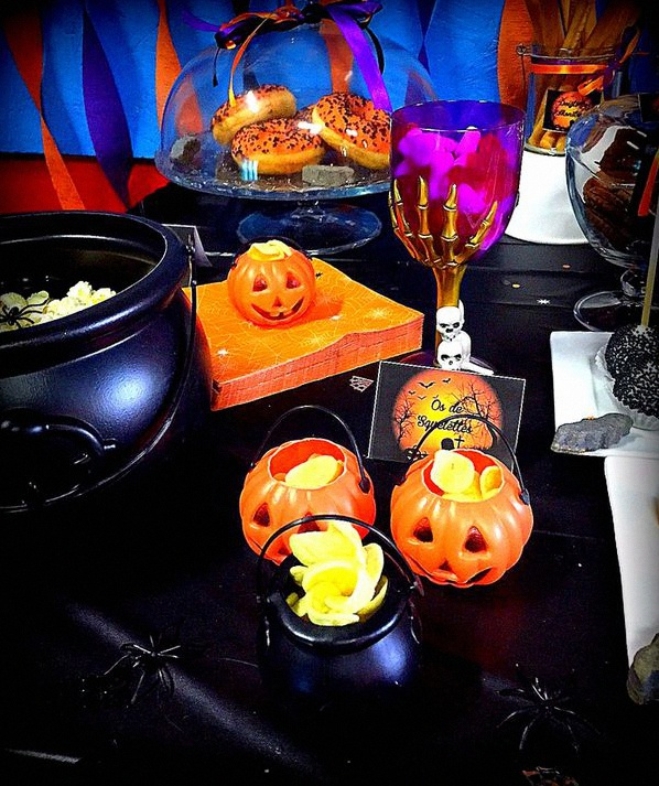 une soir e halloween avec un candy bar et un effrayant buffet. Black Bedroom Furniture Sets. Home Design Ideas