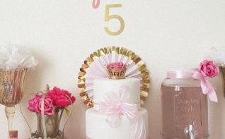 Un anniversaire Princesse : rose, fleurs et doré