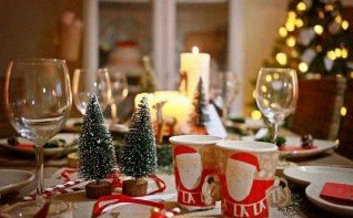 Comment faire une décoration de table de Noël nature et moderne ?