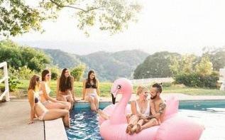 Le joli jour de Lily et Vianney : un mariage au bord de la piscine